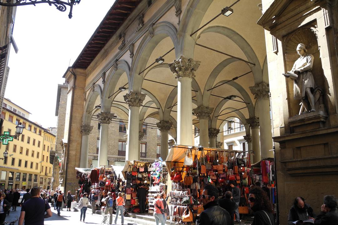 Piazza del mercato nuovo by day